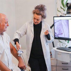 Patientundersokning med dermoskop i VERA digital halsoplattform