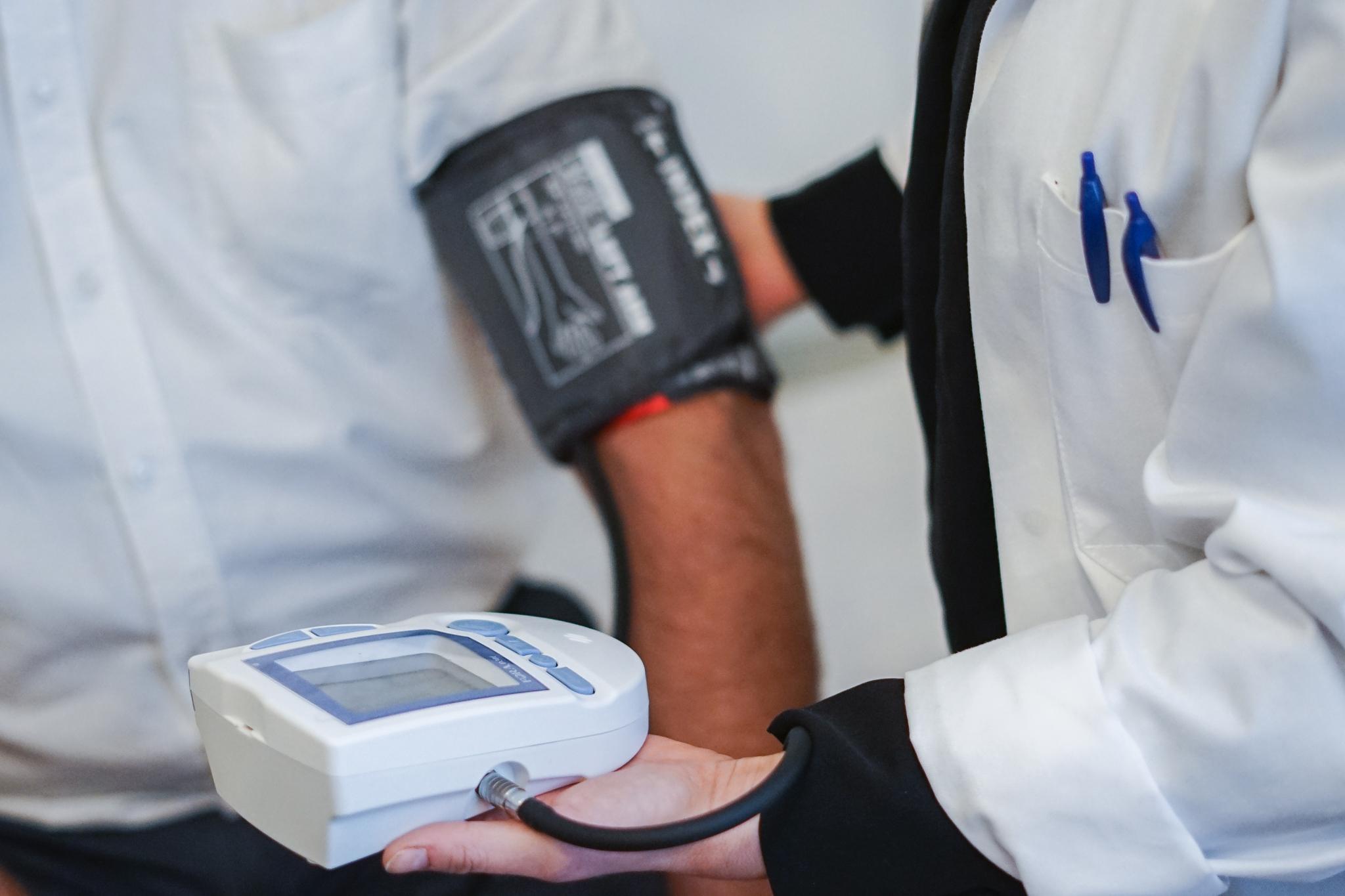 Fotografi av en blodtrycksmätning i VERA vårdenhet.