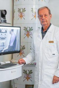 Läkare redo att möte patient via VERA vårdenhet.
