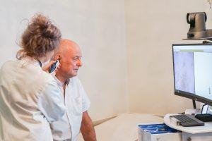 Undersökning med otoskop i VERA telemedicinsk vårdenhet.